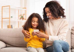 parents et enfants utilisant un smartphone
